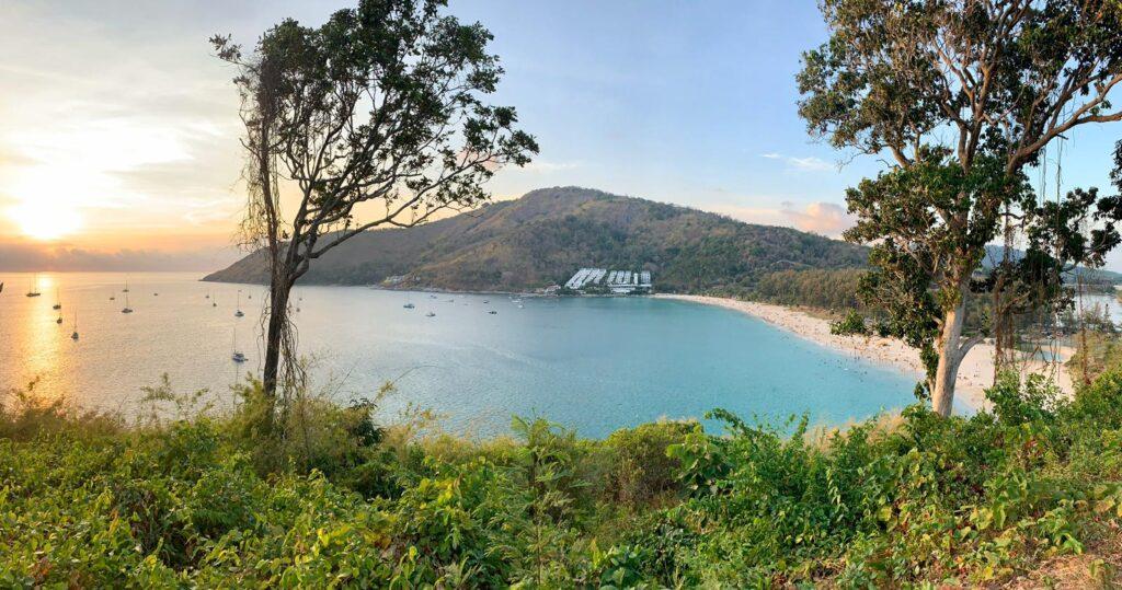 La plage de Nai Harn à Phuket